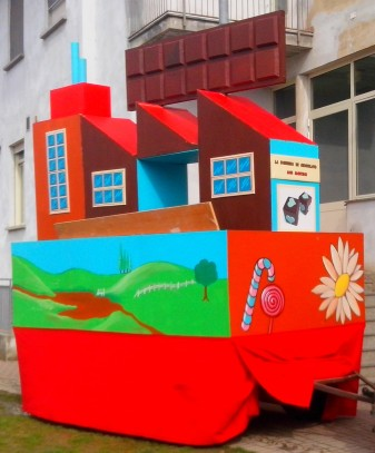 """Il carro di Carnevale di """"Willy Wonka e la fabbrica di cioccolato"""" (edizione 2014)"""