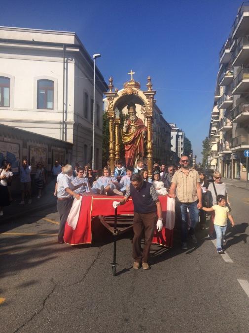 La processione con la statua di San Martino
