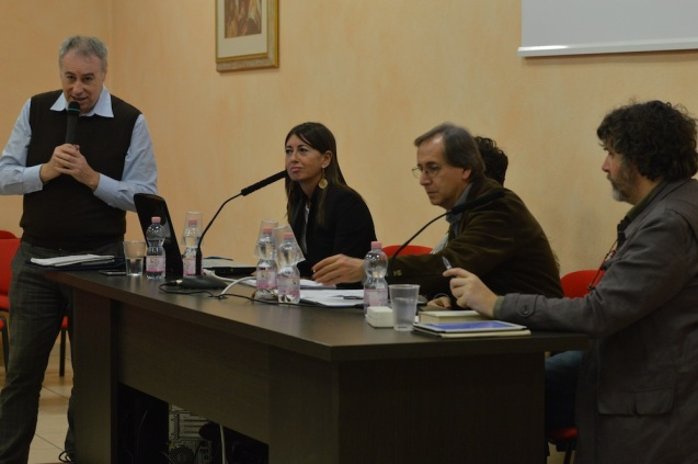 Il tavolo dei relatori e il moderatore Stefano Di Battista